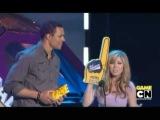Нейтан со своей девушкой Медисон на Hall of Game Award смотрят выход Дженнет / 2010