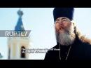 Россия Православный священник следит за Немецким военным кладбищем под Санкт-Петербургом.