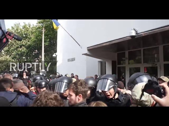 Украина: Протестующие и полицейские столкнулись за пределами МВД в Киеве.