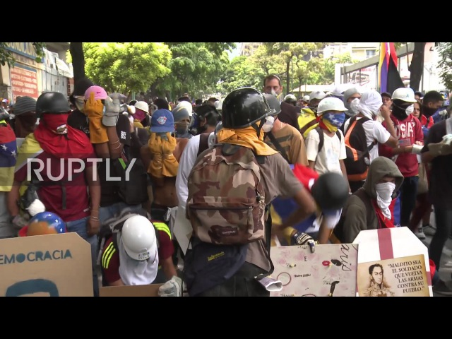 Венесуэла: Столкновения продолжаются, когда анти-правительственные демонстранты маршируют в Верховном Суде.