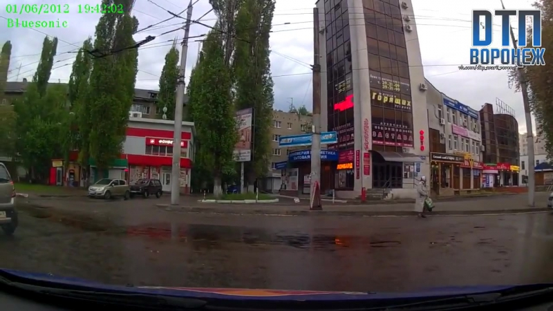 Устроившая ДТП в центре Воронежа блондинка набросилась на водителя и попала на видео Девушка не пропустила ВАЗ, который ехал п