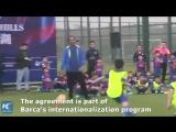 Роналдиньо с детьми из футбольной школы