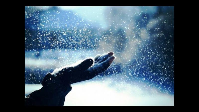 За окном зимнее утро и падает снег под красивую музыку