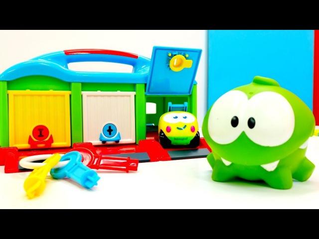 OmNom juega con coches para niños🚗Vídeos de Om Nom en español💚Om Nom de juguete. Vídeo de coches