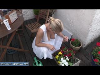 Мама ухаживает за цветами сверкая большими красивыми сиськами на зло соседям : эротика не порно видео