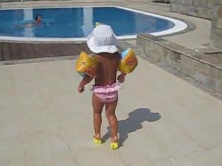 Девушки с самого детства учатся ходить красиво