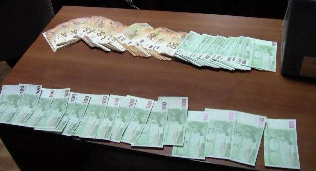 Жительница Калмыкии пыталась провезти в Стамбул незадекларированную валюту