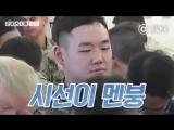 Случайный солдат сидит между Трампом и президентом Южной Кореи