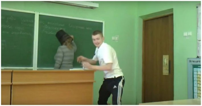 Учитель из ПТУ оказался покрытый матами и с ведром на голове (видео)
