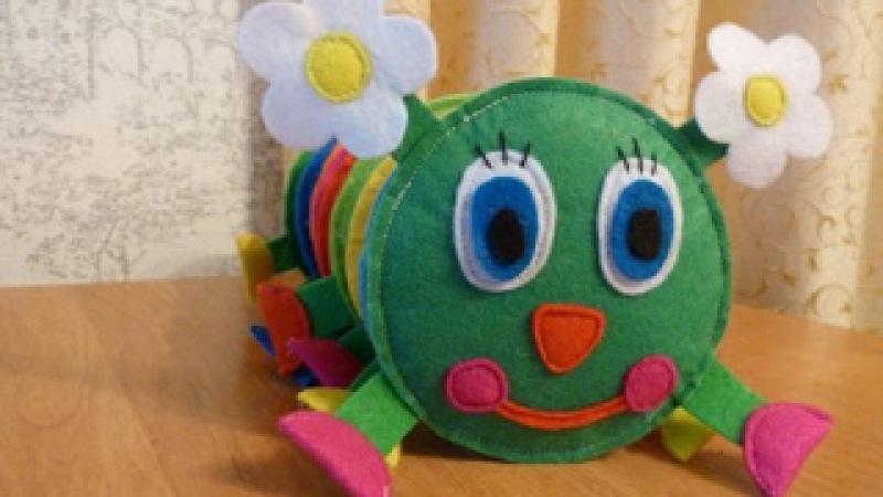Развивающая игрушка из фетра. Веселая гусеница.