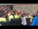Каталонский полицейский защищающий своих сограждан от испанской полиции расплакался