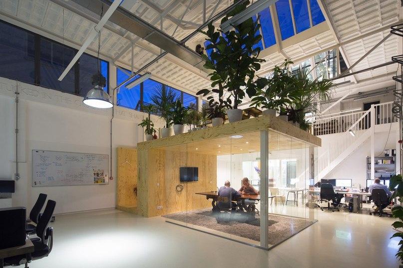 Перестройка офиса в стиле лофт в Роттердаме  Архитектурное бюро Jvantspijker перестроило главное помещение старого теплового завода на набережной, недалеко от Роттердама, превратив его в открытый офис в стиле лофт.