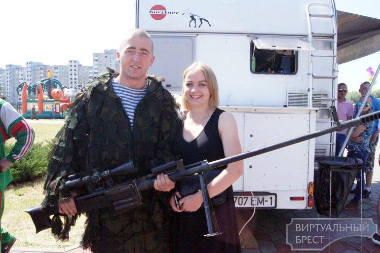 «День отца» в Бресте поддержали спасатели, сотрудники ГАИ, охраны, милиции и десантники