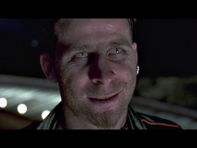 Офицер полиции Джеймс Даррел гонится за подозреваемым (Цефалопод). Люди в черном...
