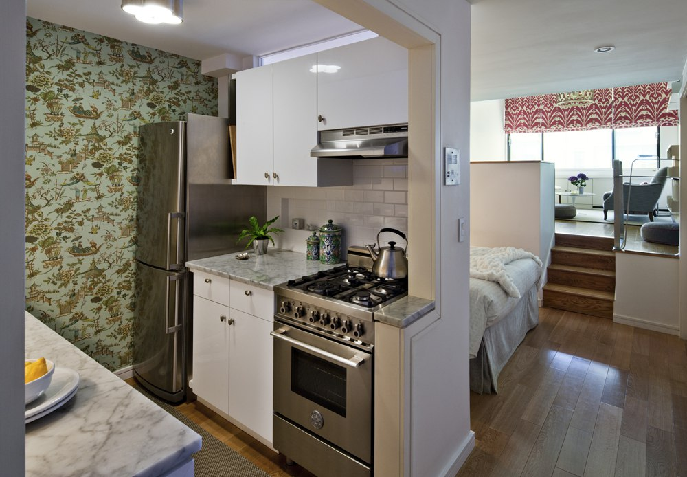 Интерьер квартиры 41 м с гостиной на подиуме в Нью-Йорке.