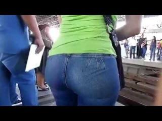 Женская попка в обтягивающих джинсах