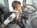 5 ти летний мальчик водит трактор на ходу