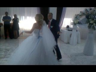 Свадьба . Ресторан - Аист..Первый свадебный танец молодожён. Оригинально и классно.. Молодцы. Муз.сопровождение - D.J. STRATOS