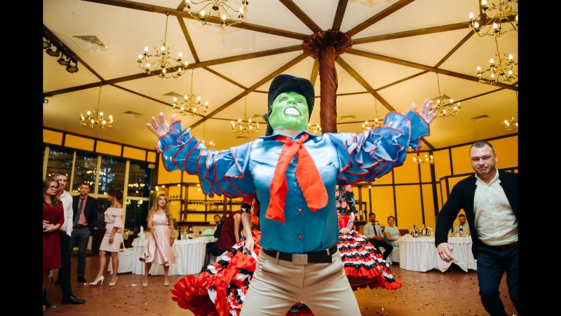 Маска c полицией. Танец-копия знаменитого Джима Керри:) И Мексика