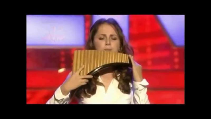 Hermosa rumana tocando la flauta de pan como los dioses!