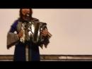 Поет Анна Плотникова  на сцене музыкального училища .