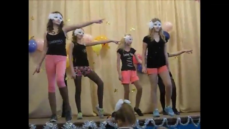 Танец на школьной сцене под песню Санта Лючия - Quest Pistols (5 класс)
