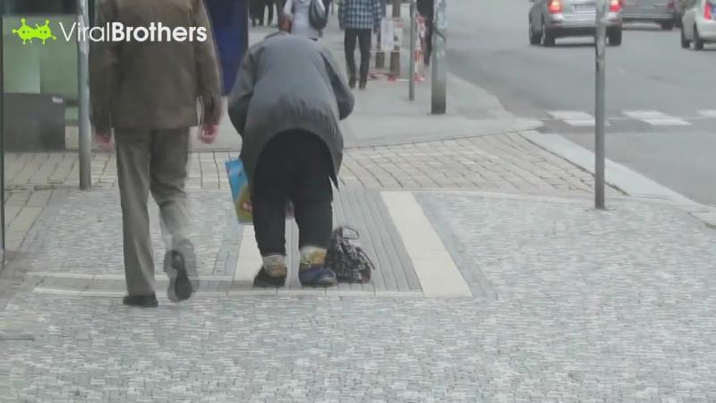 1000$ Бездомному за его Честность- а в нас такого і близько нема і небуло і не буде . Повага до таких людей .