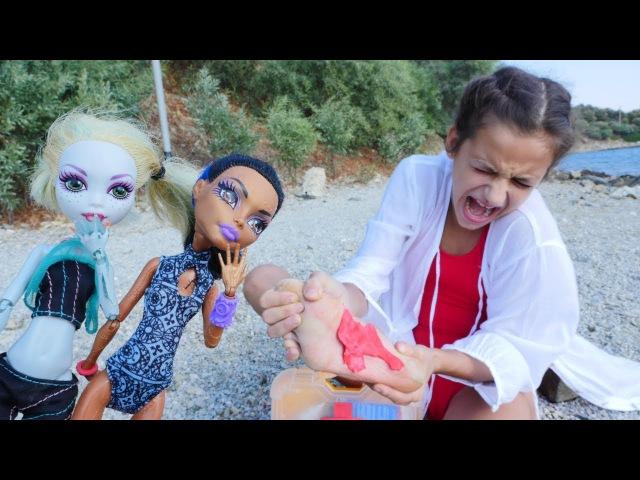 MonsterHigh bebekleri YARALANMIŞ Asu Elaya yardım ediyorlar. ILK YARDIM oyunları
