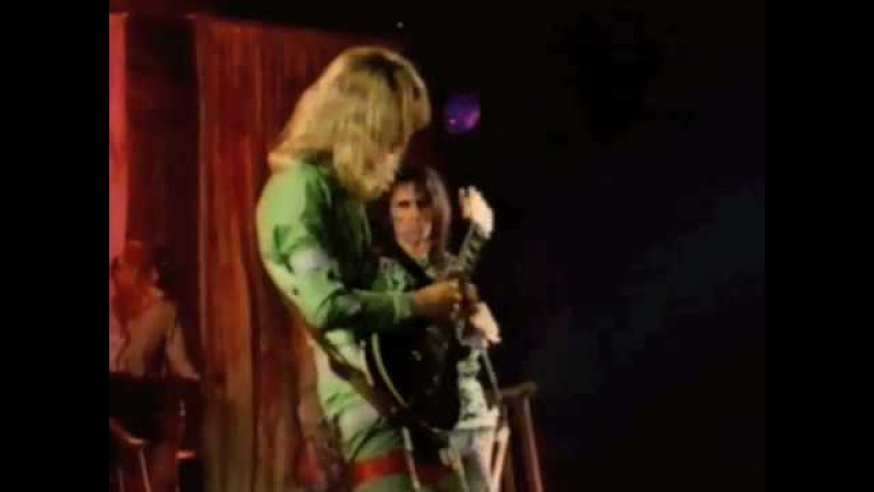 Alice Cooper does School's Out as you've never seen!!