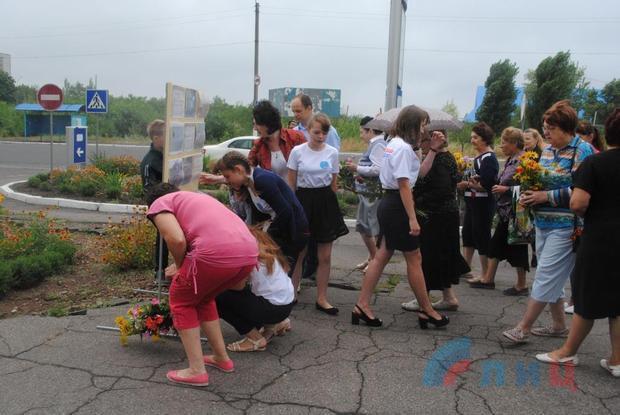 Где купить цветы для посадки на кладбище в городе харцызске доставка цветов дом луганск