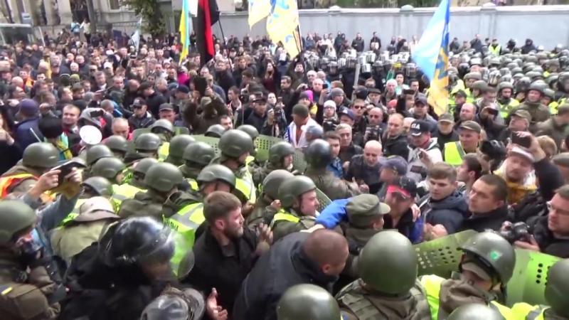 Украина, Киев, избиение полицейского на митинге.
