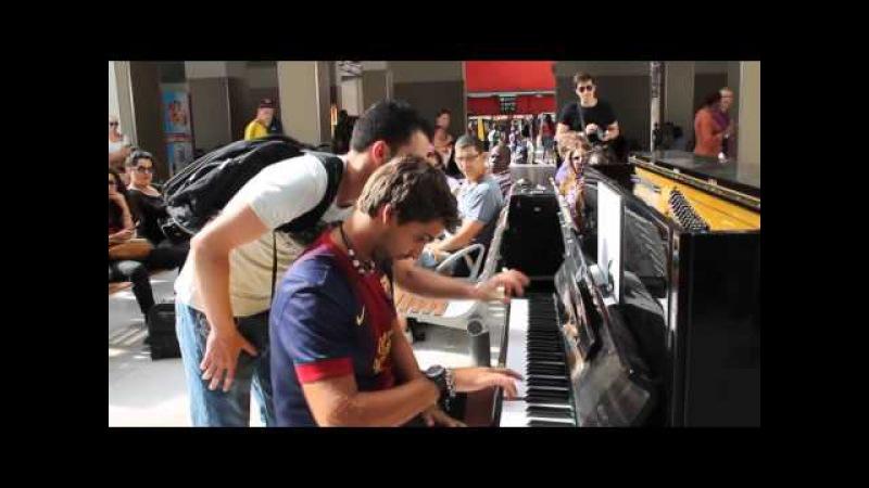 Birbirini tanımayan gençlerden havaalanında muhteşem müzik