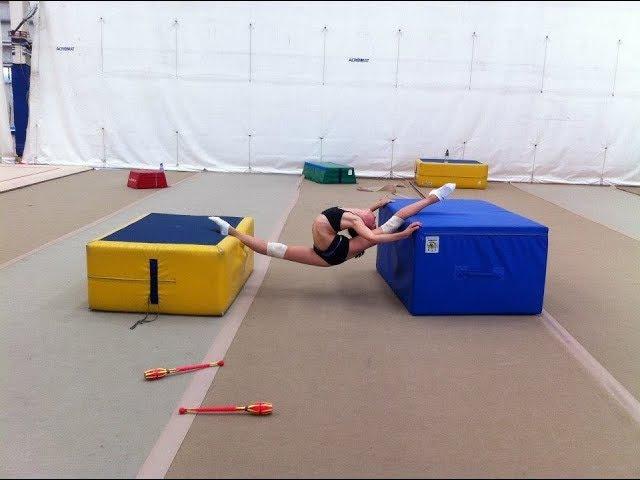 Художественная Гимнастка на тренировке, повороты (нормальная и замедленная съемка)