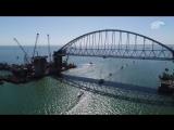 Парад парусных яхт под аркой Крымского моста