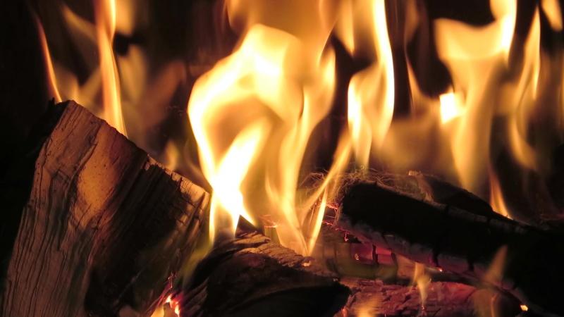 Огонь в камине. Тепло и уютно дома. Дождливый день. Нидерланды.