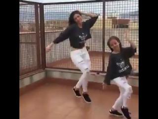 Мама и дочь танцуют вместе! ~Мамины заметки~