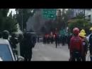 Enfrentamientos en calles de Oaxaca. Policías y bomberos intentando apagar el fuego de la revuelta OaxacaIngobernable