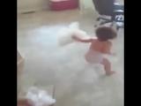 маленькая девочка убегает от бабайки