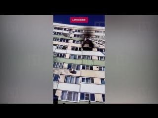 Грудного младенца спасли из горящей высотки на юге Петербурга