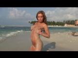 Девушка нудистка Verunka позирует голая на пляже