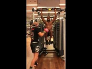 Интенсивная тренировка Патриса Эвра, где ему лупят по корпусу во время прокачки