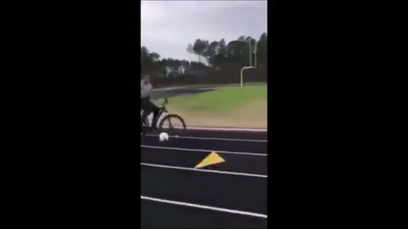 Сбил мячем полицейского на велосипеде