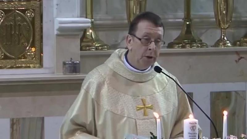 Singender Priester sorgt bei Hochzeit für Gänsehaut