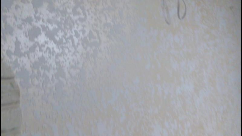 белое гротто на желтом фоне
