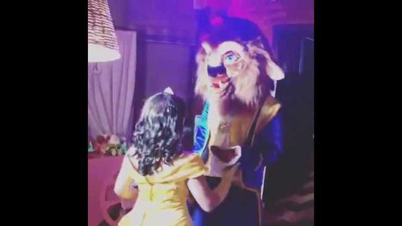Красавица Белль учит Чудовище танцевать на детском дне рождении