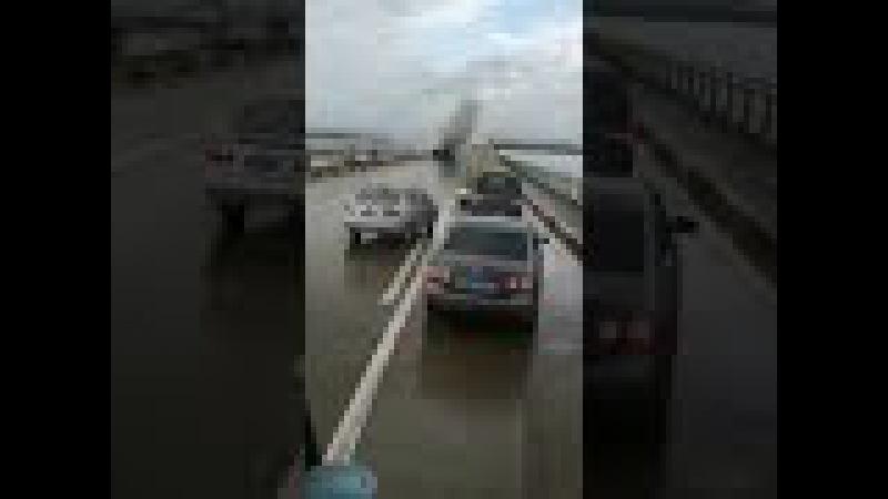 9月22日,广东珠海大桥一汽车翻车起火!交通堵塞!各位车主请绕路行驶