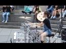 Китаянка круто играэт на барабанах, на улице