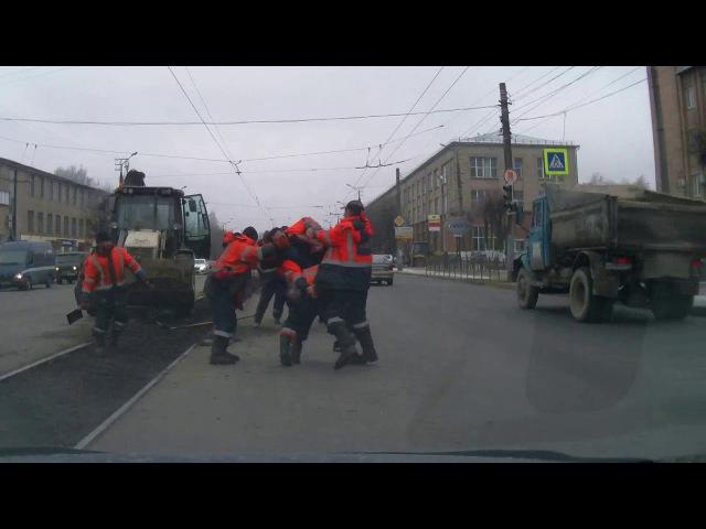 Эпичная схватка дорожных рабочих в Смоленске