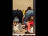 две пьяные подруги-школьницы танцуют тверк в обтягивающих джинсах в перископе