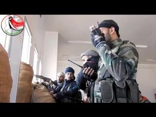 Командующий Национальных сил обороны в Дейр эз-Зор Фирас Aль-Джихам во время контроля за операциями в районе аль-Макабер
